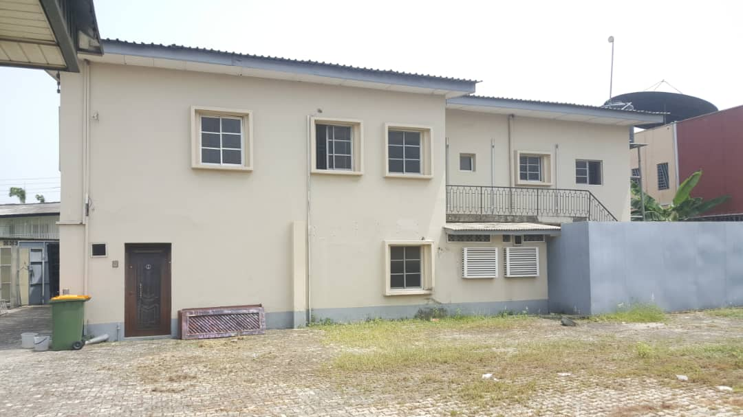 Fully Detached Eight Bedroom House + bungalow For Commercial Use at Ikoyi